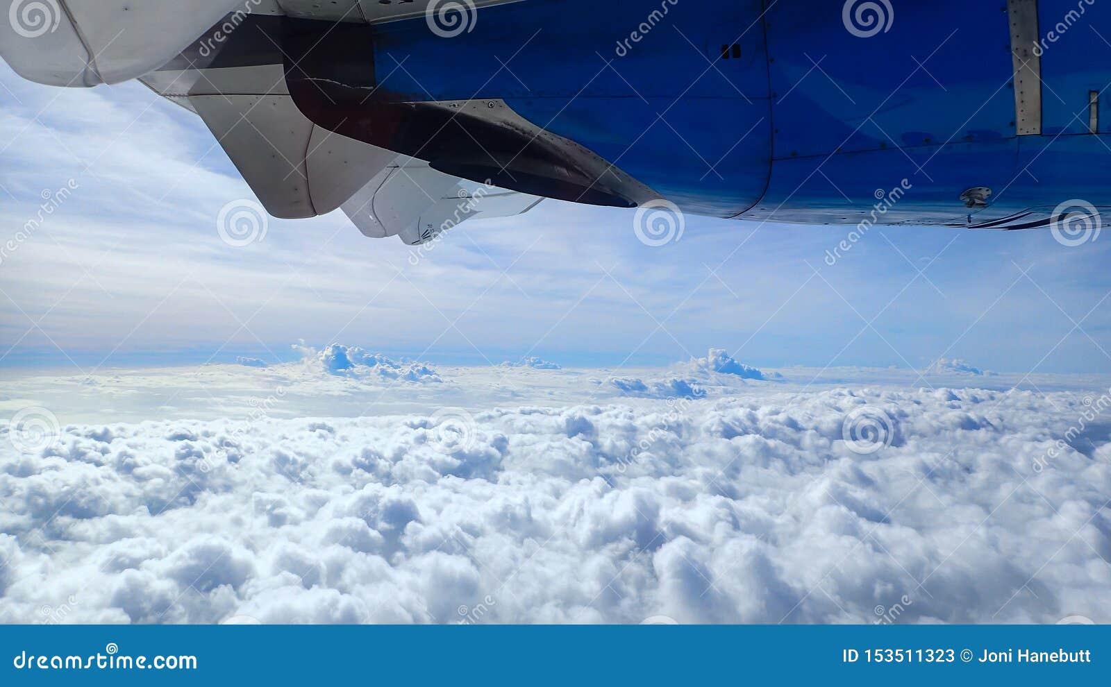 Летать высоко над облаками над Атлантическим океаном