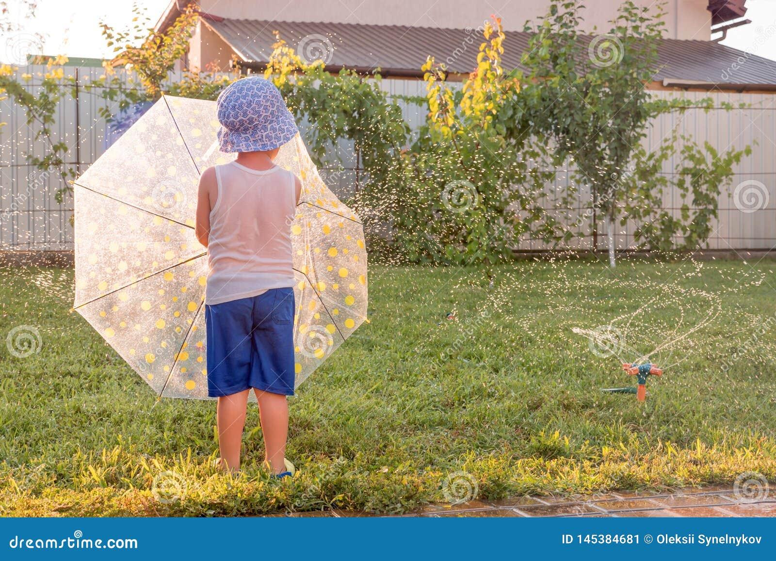 Счастливая концепция детства Летние отпуска с детьми Система водообеспечения автоматического завода Preschooler имея потеху на фр
