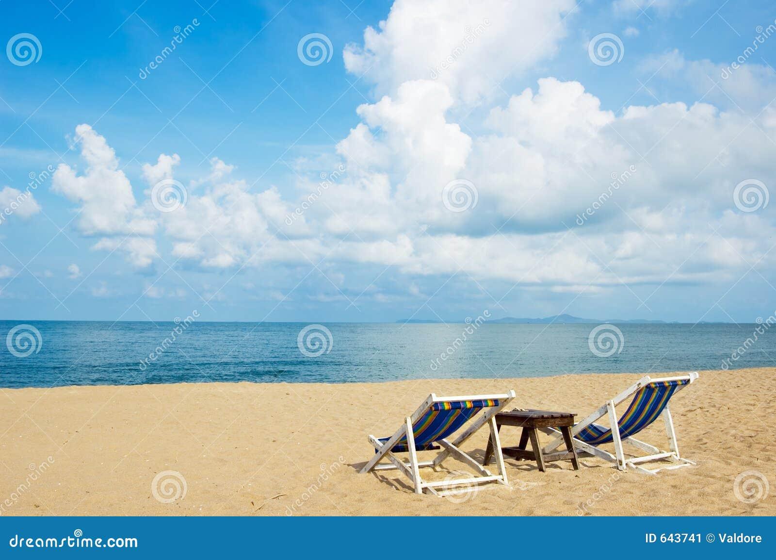 Download лето пляжа стоковое изображение. изображение насчитывающей солнце - 643741
