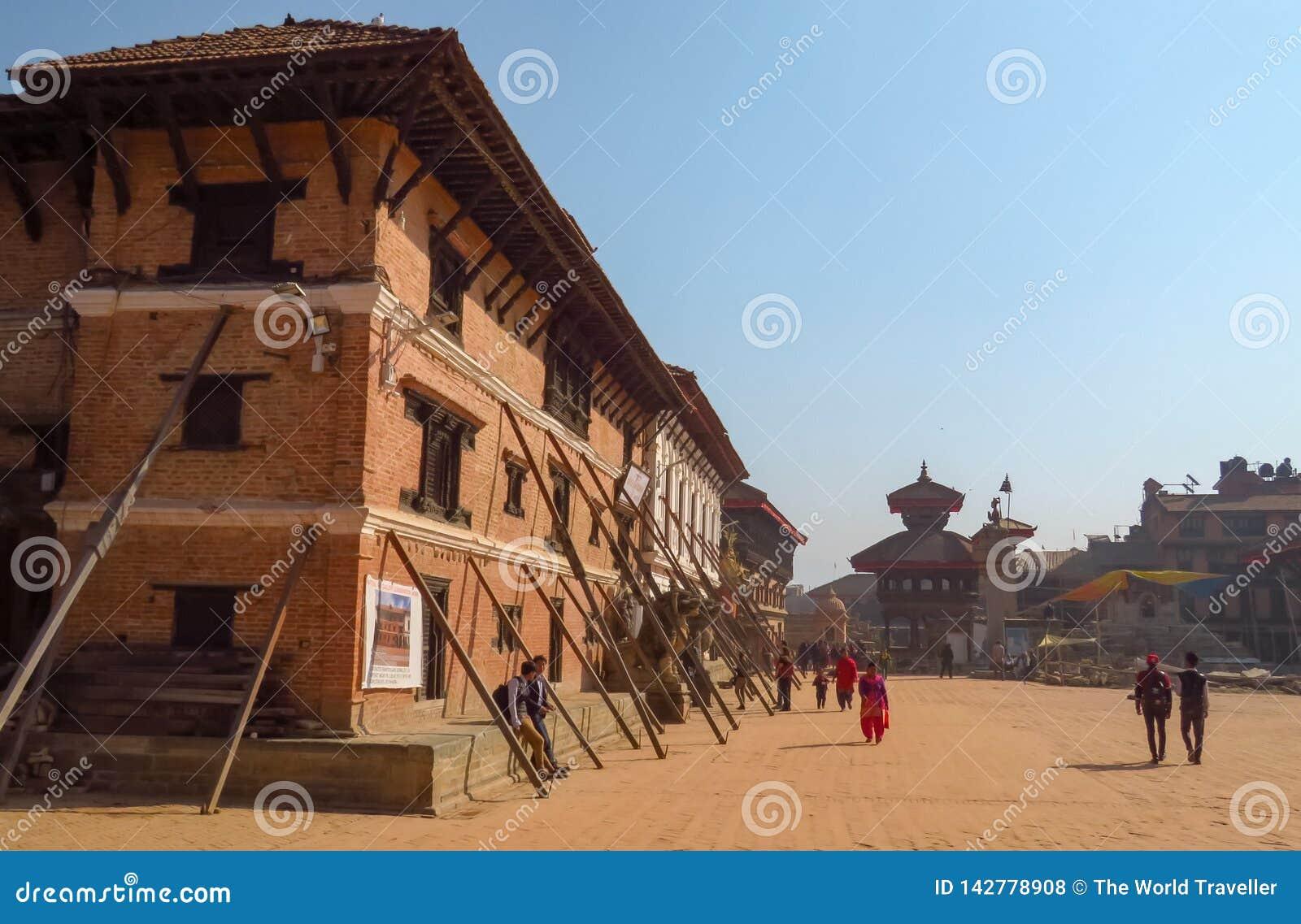 Леты после того как повреждение подземного толчка земли все еще видимо, Непал Bhaktapur
