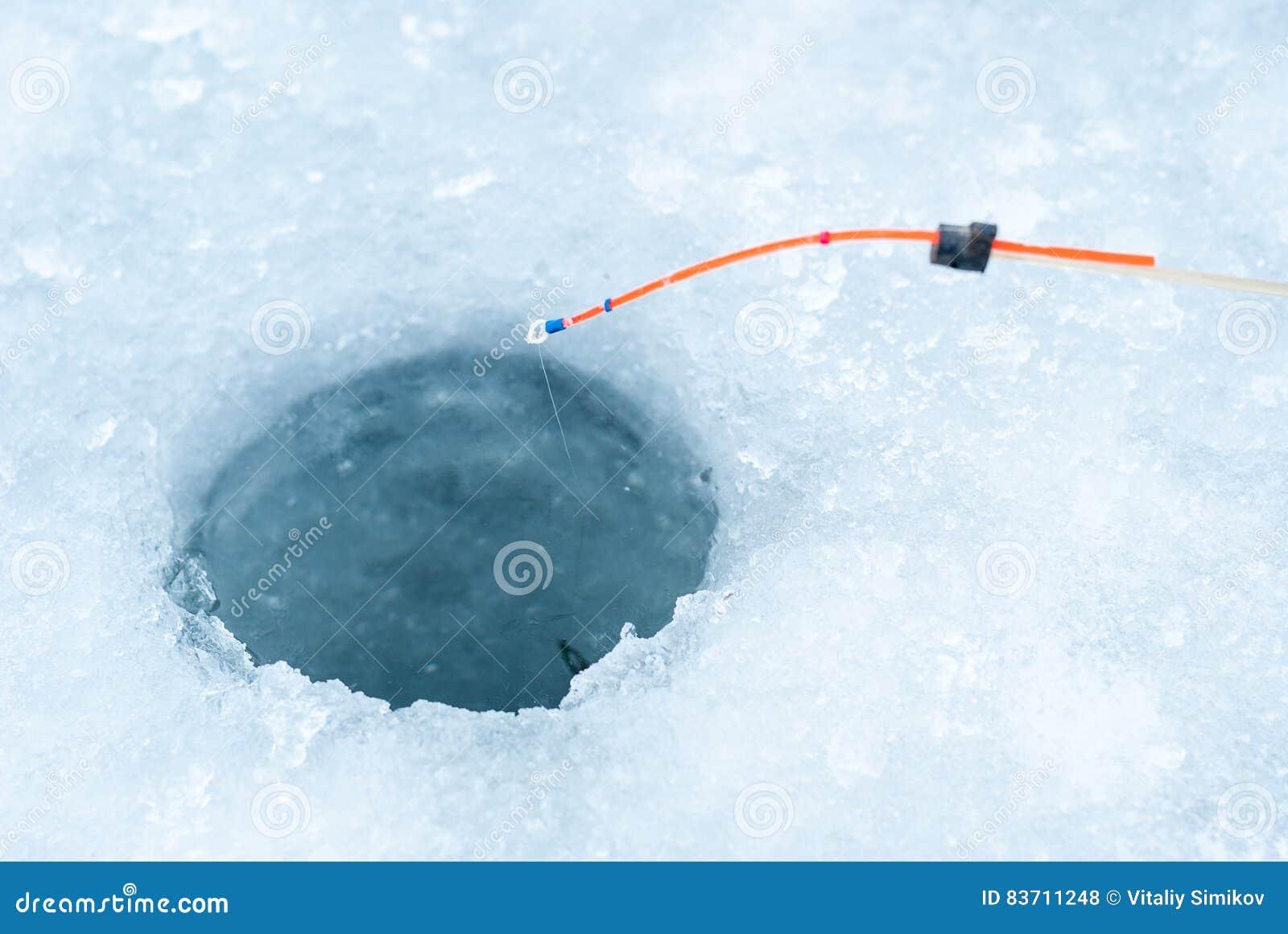 Отверстие во льду для ловли рыбы
