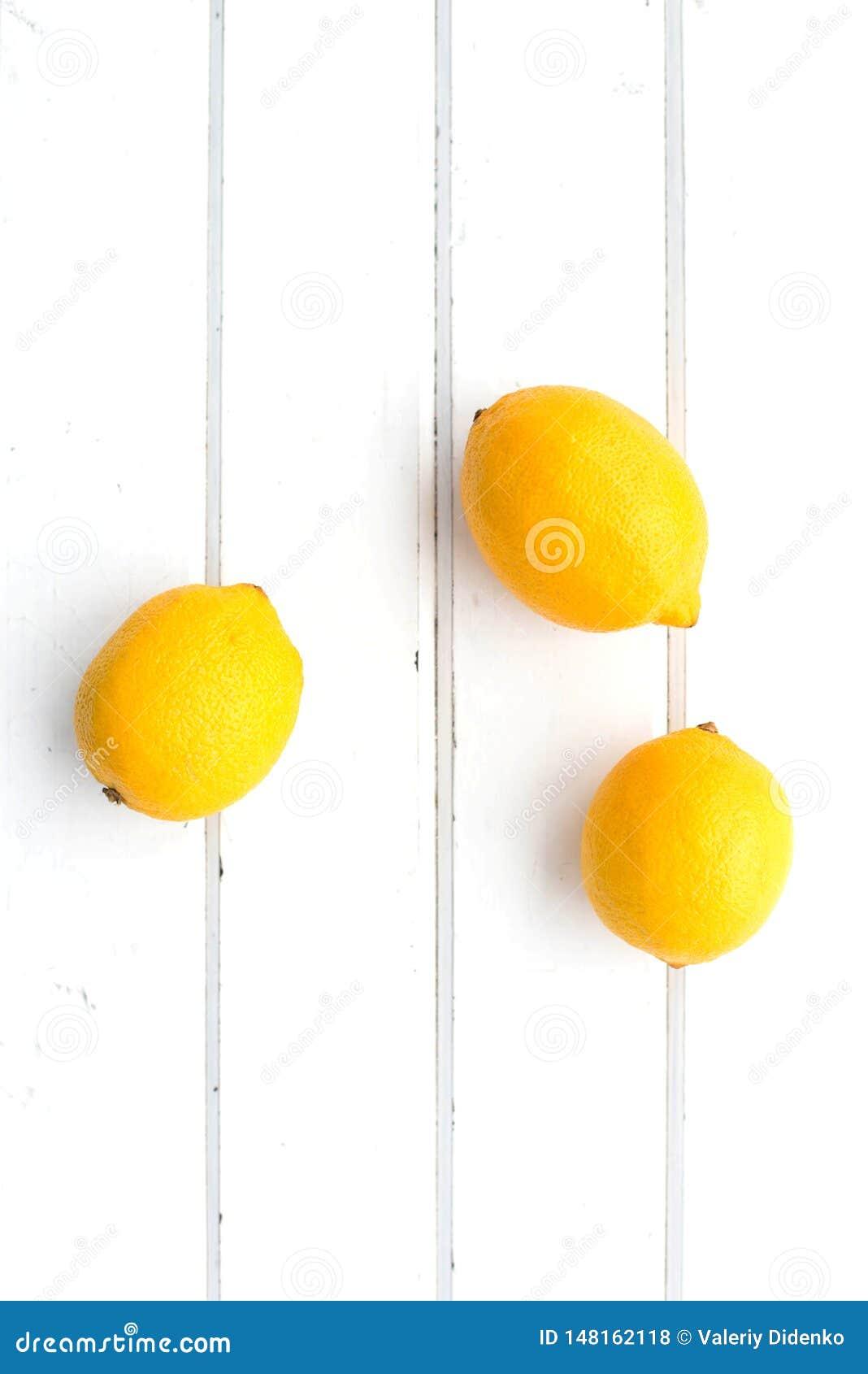 Лимоны на белой деревянной предпосылке