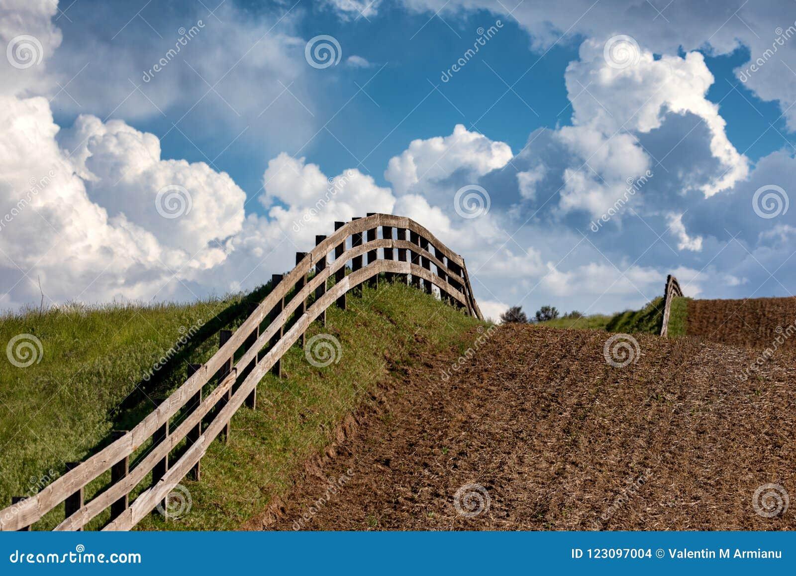 Линия загородки через поле