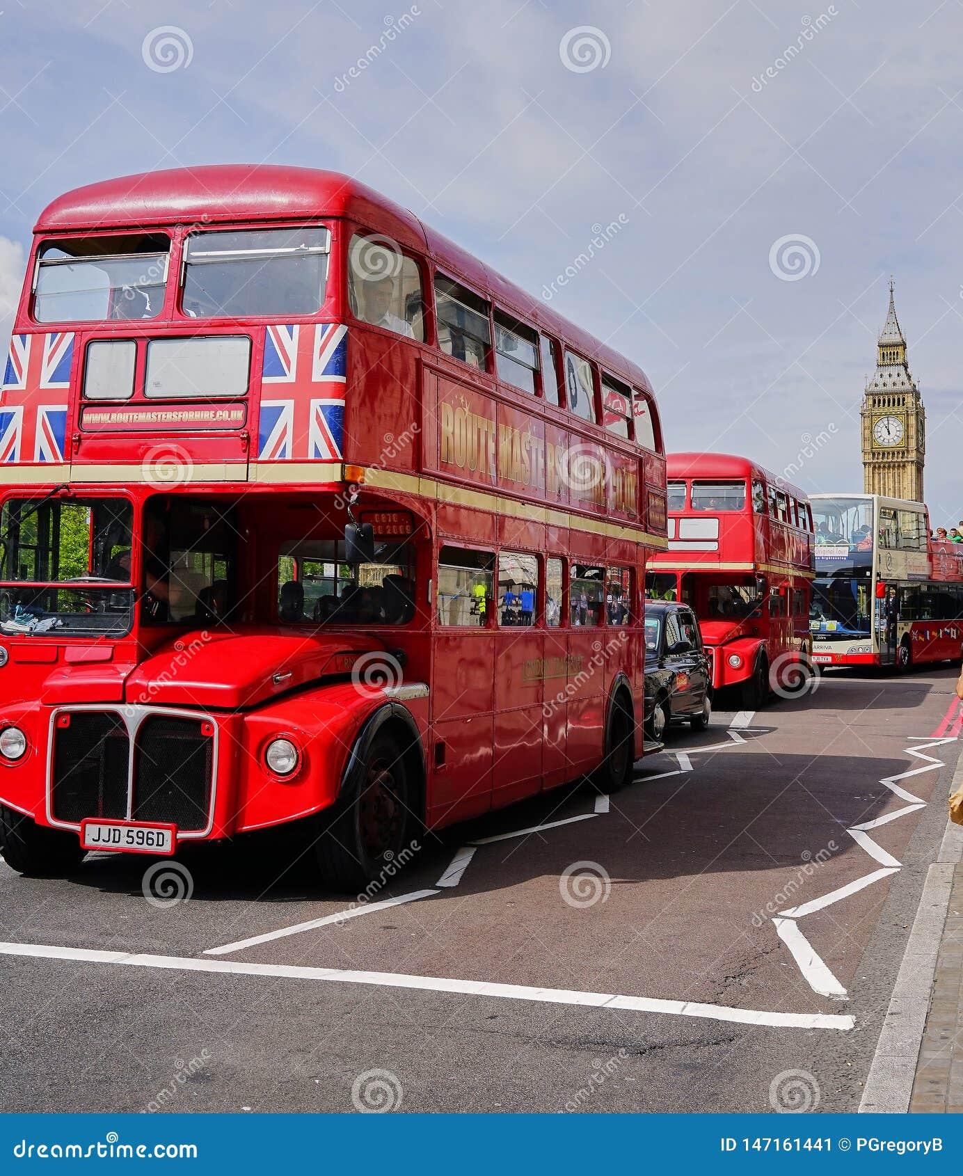 Линия красных автобусов двойной палуба около большого Бен - Лондона