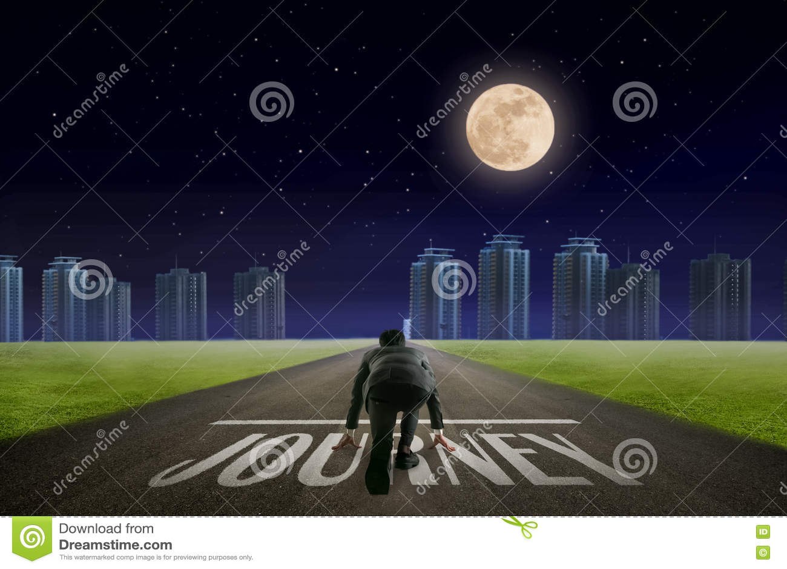 Линия ПУТЕШЕСТВИЕМ бизнесмена перед городом Взгляд ночи задний жулик