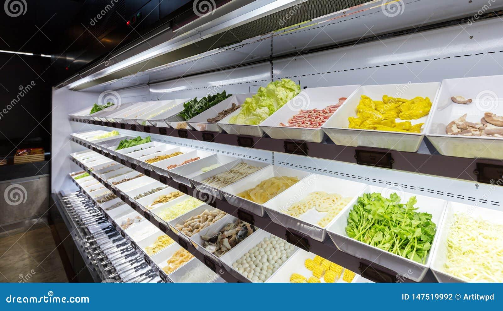 Линия свежих продуктов для шведского стола sukiyaki в холодильнике как цыпленок, свинина, говядина, шарик мяса, рыба, овощи, тофу