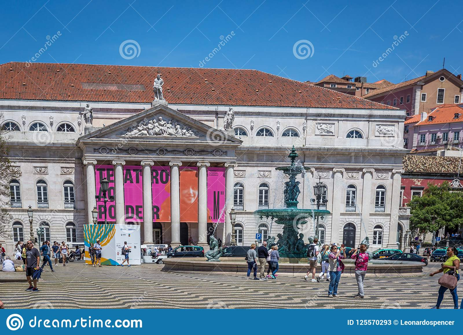 Лиссабон, Португалия - 9-ое мая 2018 - туристы и Locals идя на бульвар Rossio в столица ` s городском Лиссабоне, Португалии на a