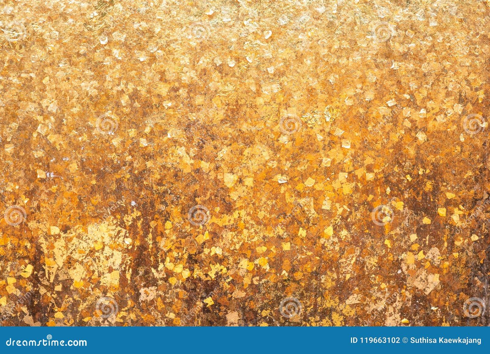 Листовое золото на предпосылке стены