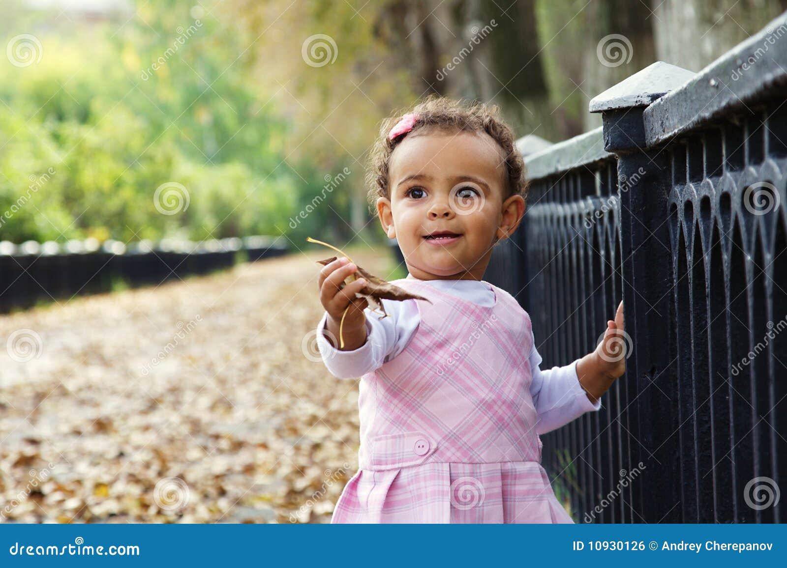 листья девушки младенца осени милые