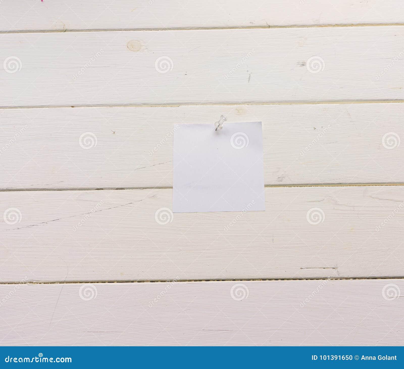 Лист бумаги белого квадрата прикалыванный к деревянным доскам Бело-покрашенная поверхность в деревенском стиле Конец-вверх Предпо
