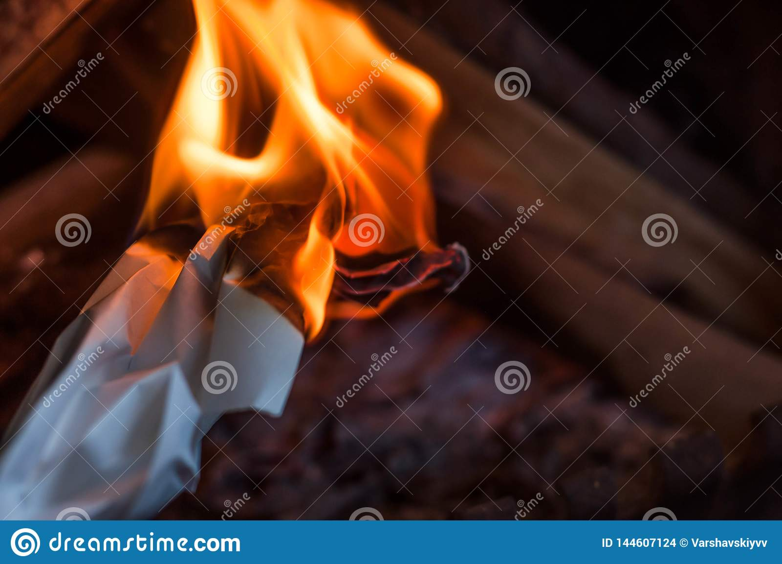 Лист бумаги горя с красным оранжевым ярким пламенем с жарой