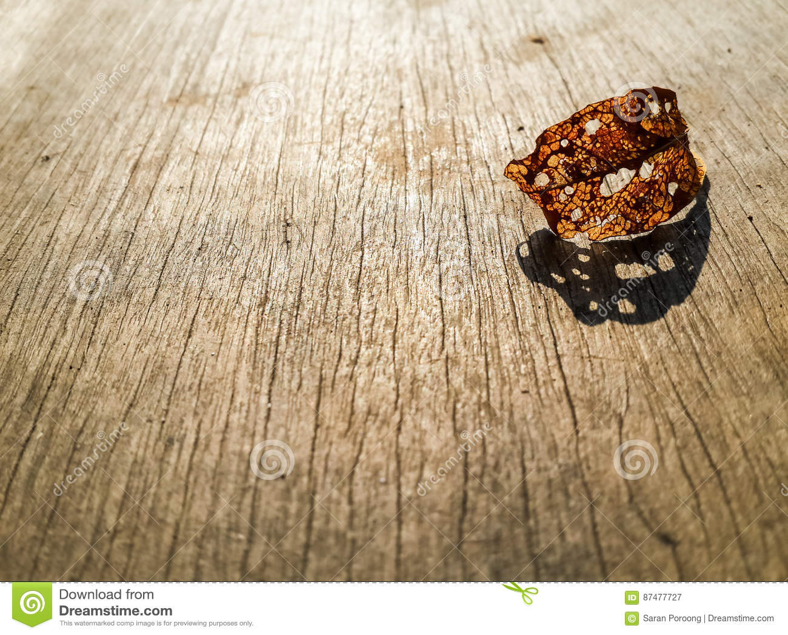 Лист спада коричневые на деревянной верхней части