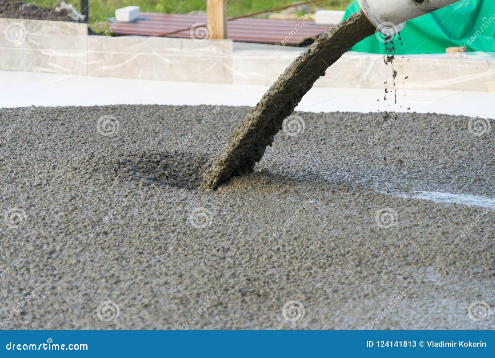 Лить бетон от конкретного смесителя Работа бетона людей лить