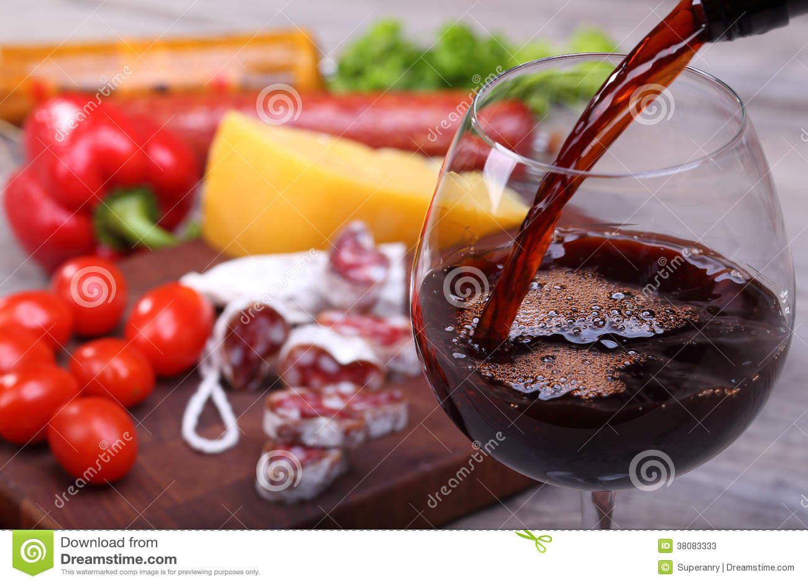 Лить красного bachground вина и еды