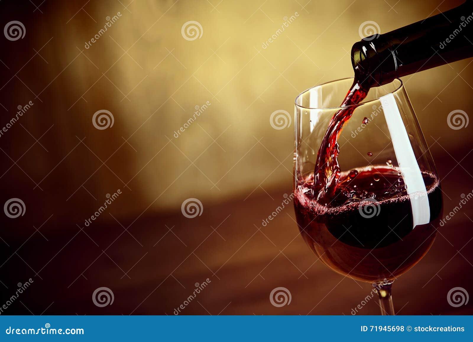 Лить красное вино в рюмку