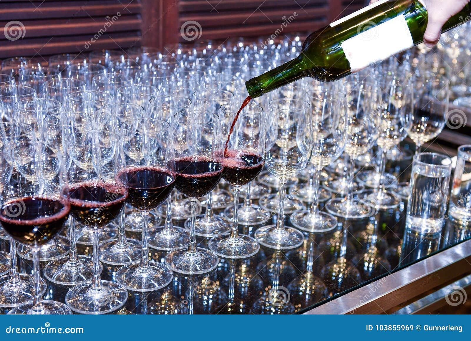 Лить красное вино к стеклам для служения