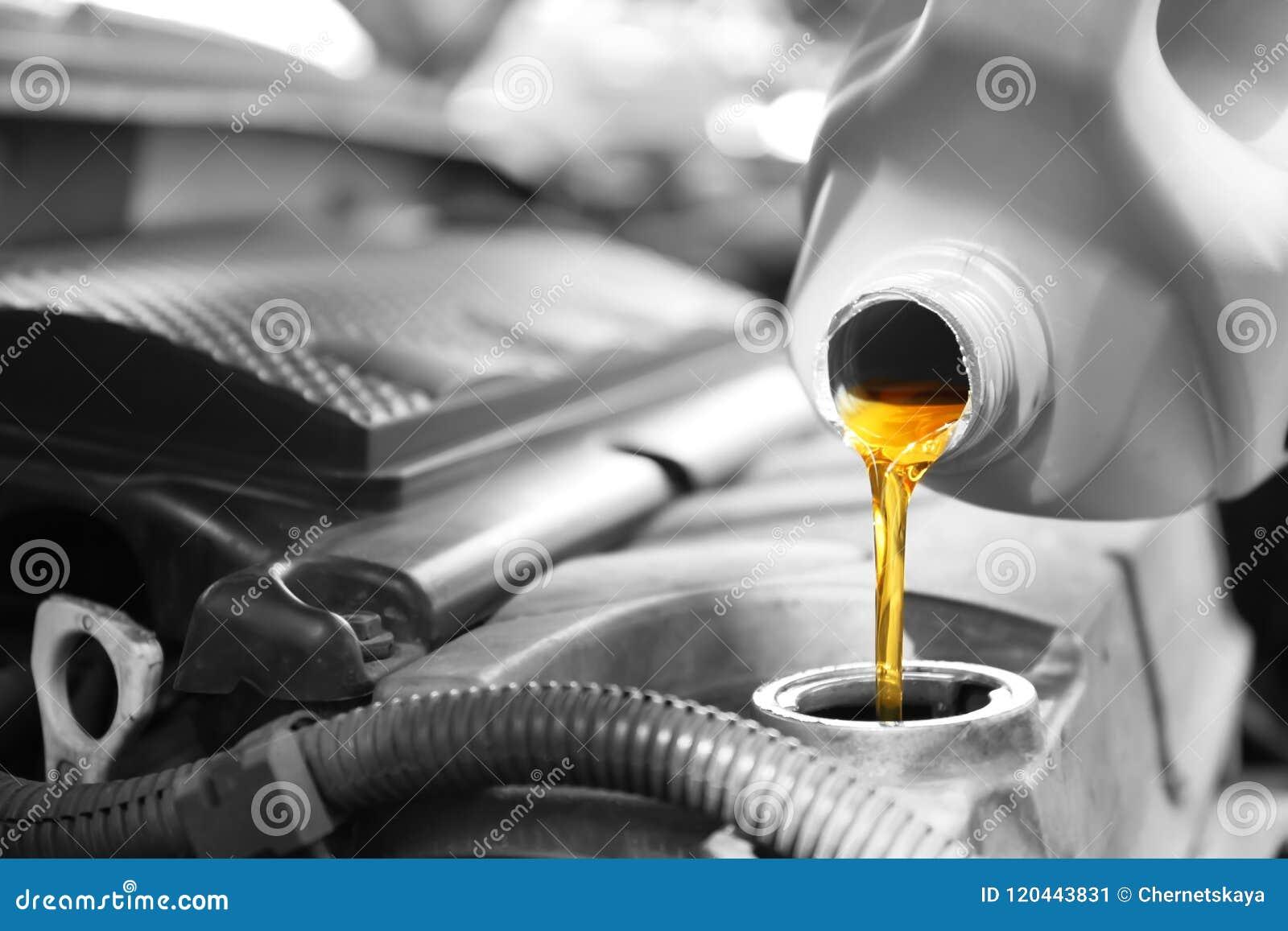 Лить масло в двигатель автомобиля