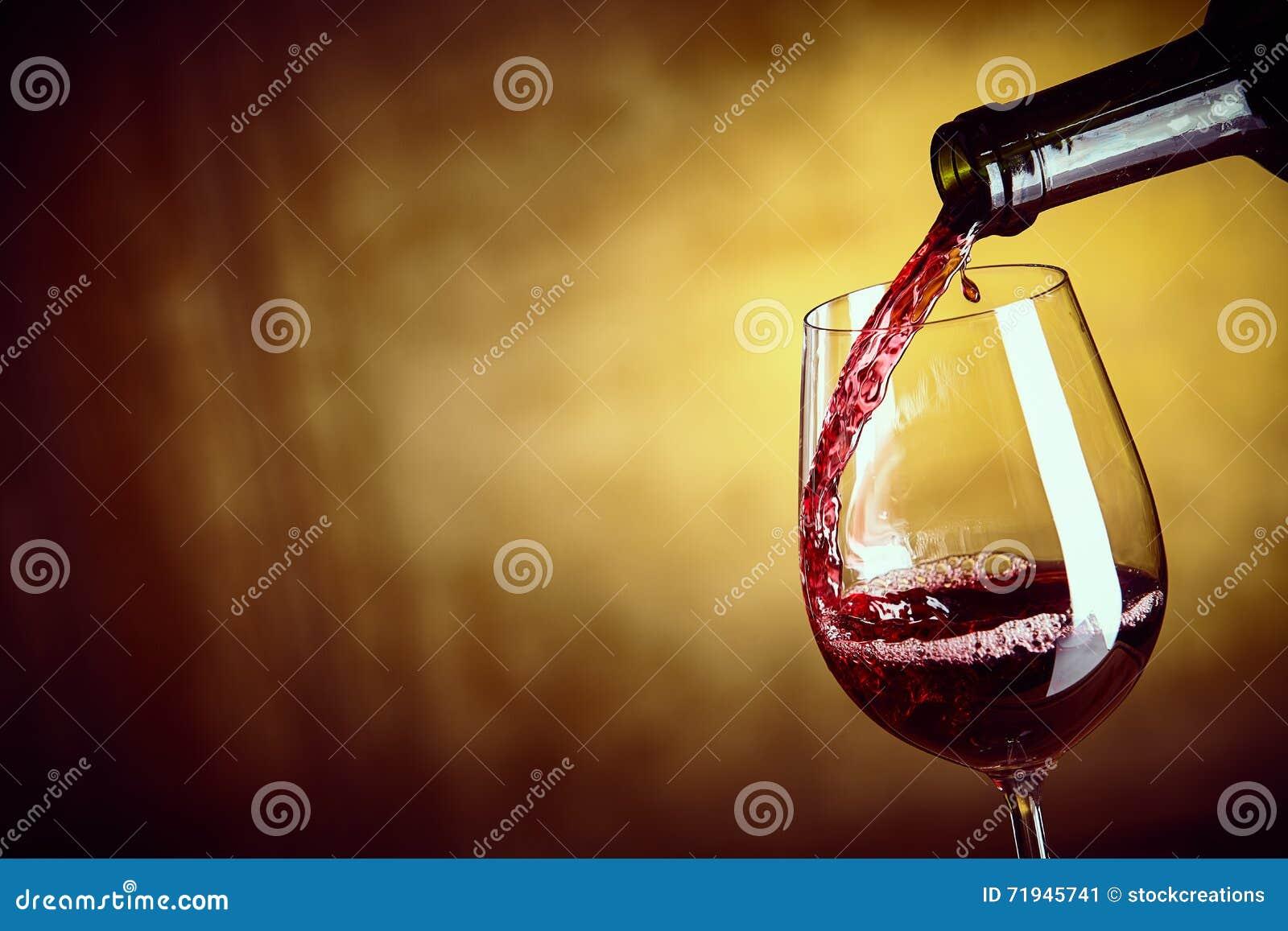 Лить одиночное стекло красного вина от бутылки