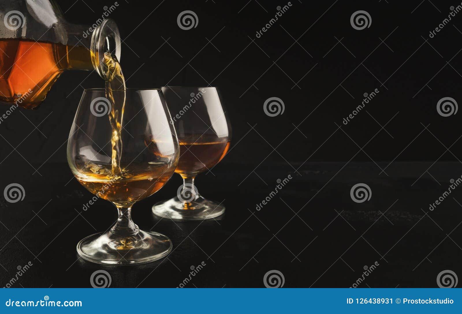 Лить рябиновка или коньяк от бутылки в стекло
