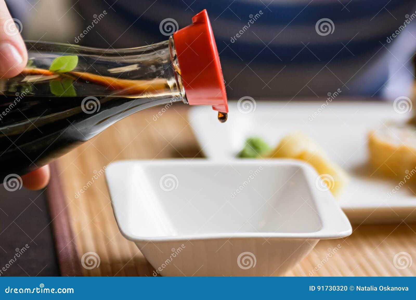 Лить соевый соус в белом шаре