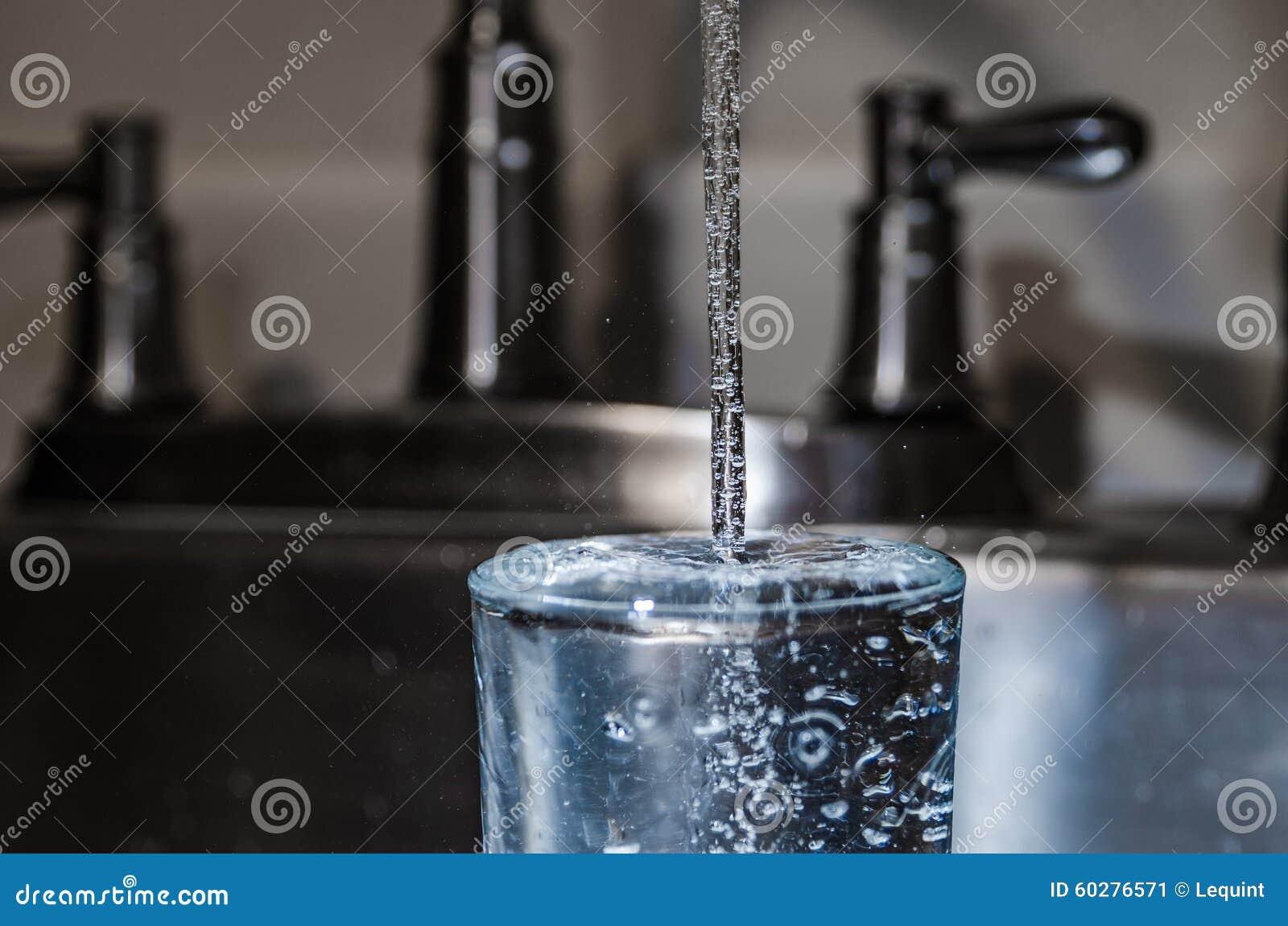 Лить чистая безопасная питьевая вода от крана пускает по трубам домой