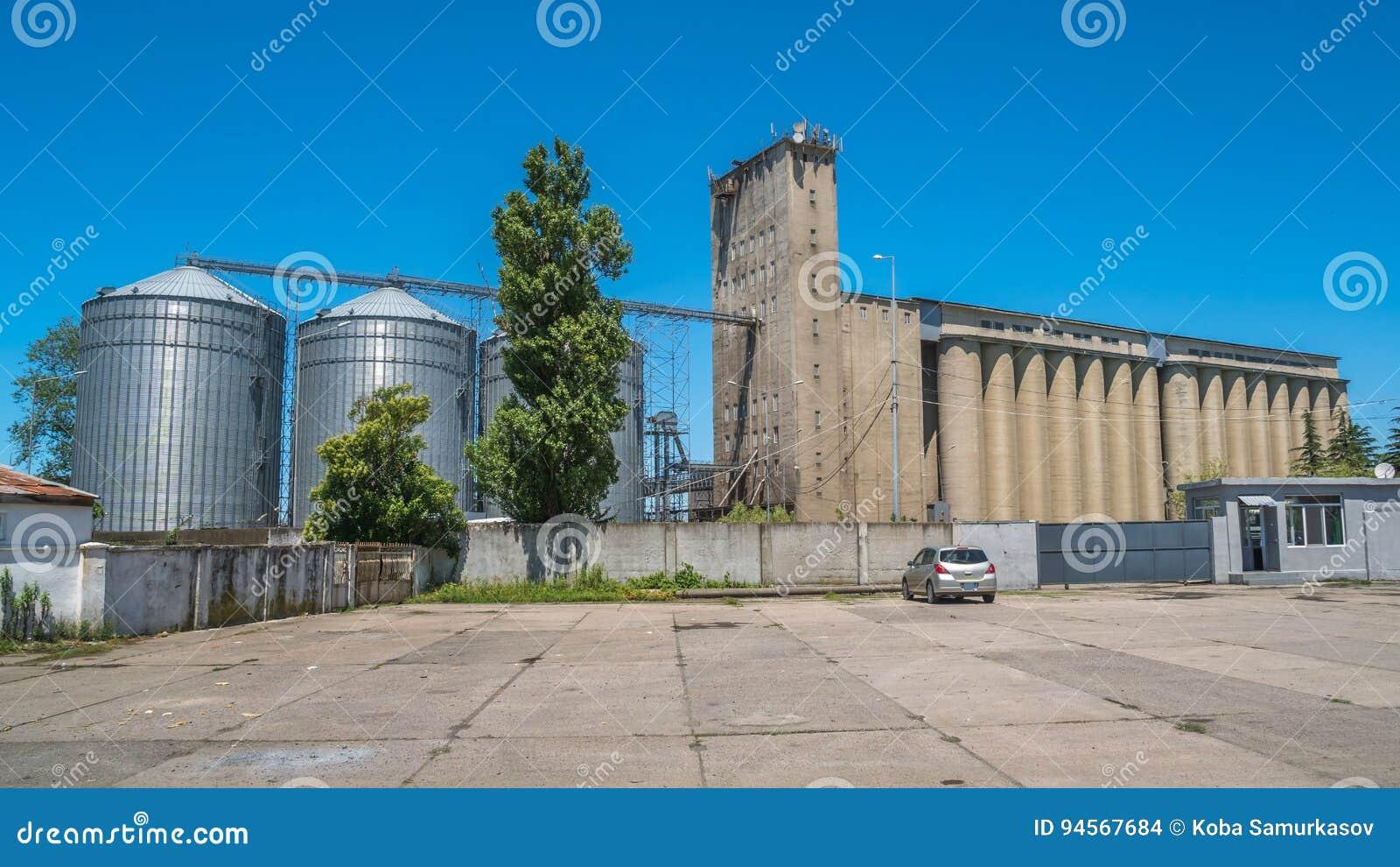 Лифты зерна мельницы и железнодорожные пути - Poti, Georgia