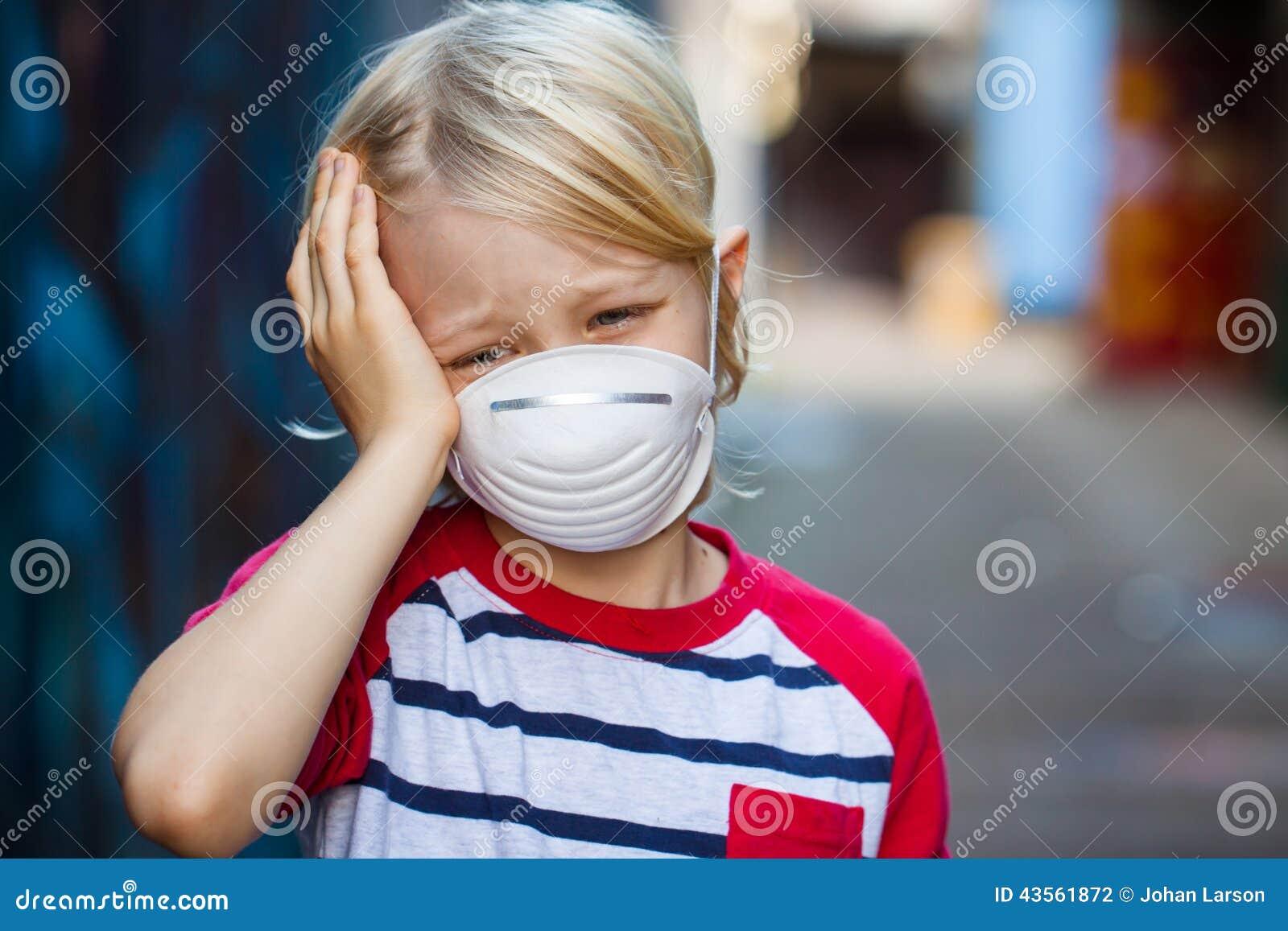Лицевой щиток гермошлема больного мальчика нося