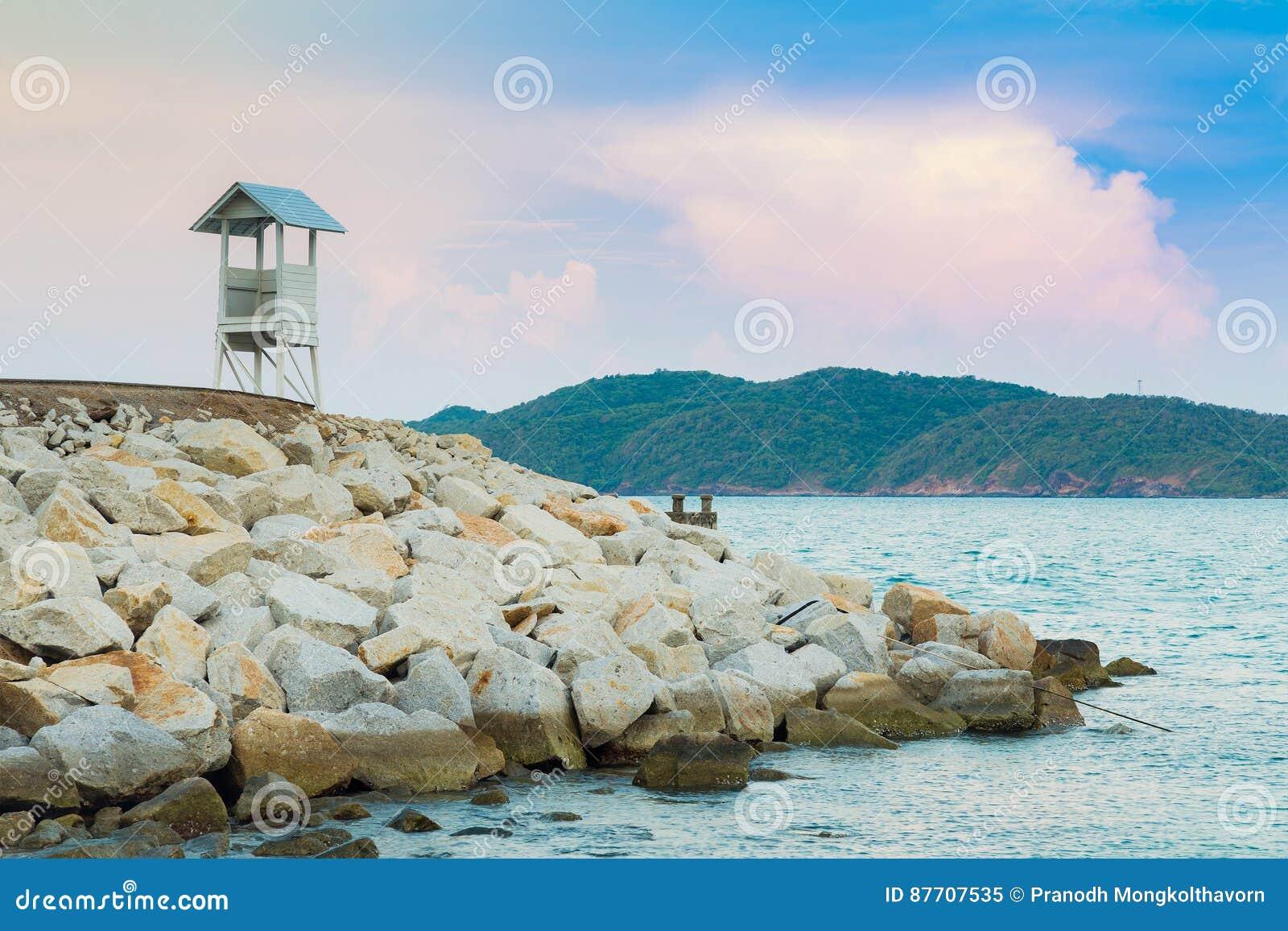 Личная охрана над горизонтом берега моря подателя утеса