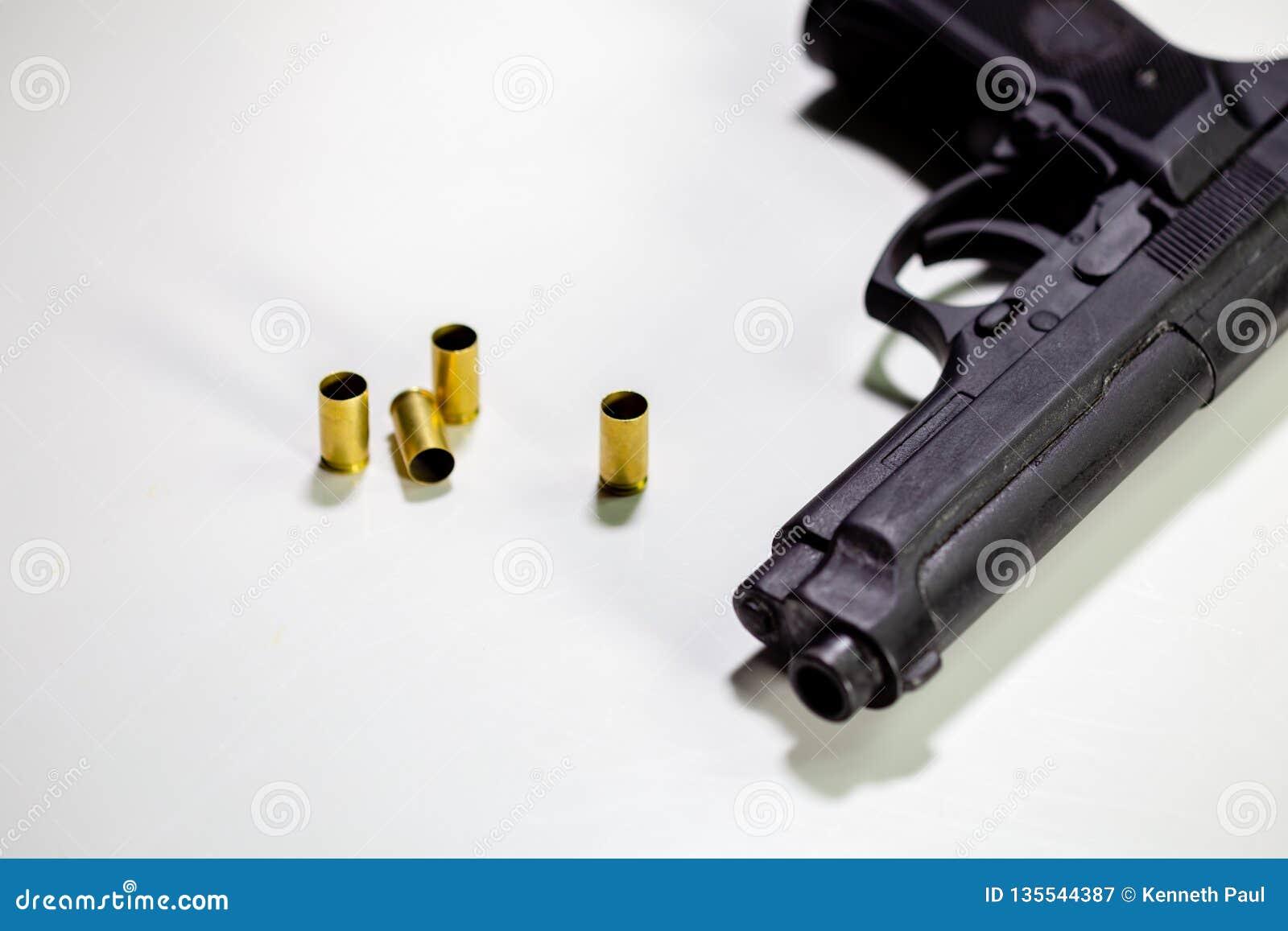 Личное огнестрельное оружие с кожухами раковины 9mm на белой таблице