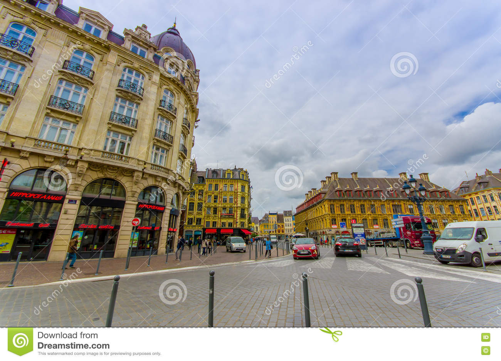 Лилль, Франция - 3-ье июня 2015: Переулок от красивого места большого со своими очаровательными зданиями и традиционного