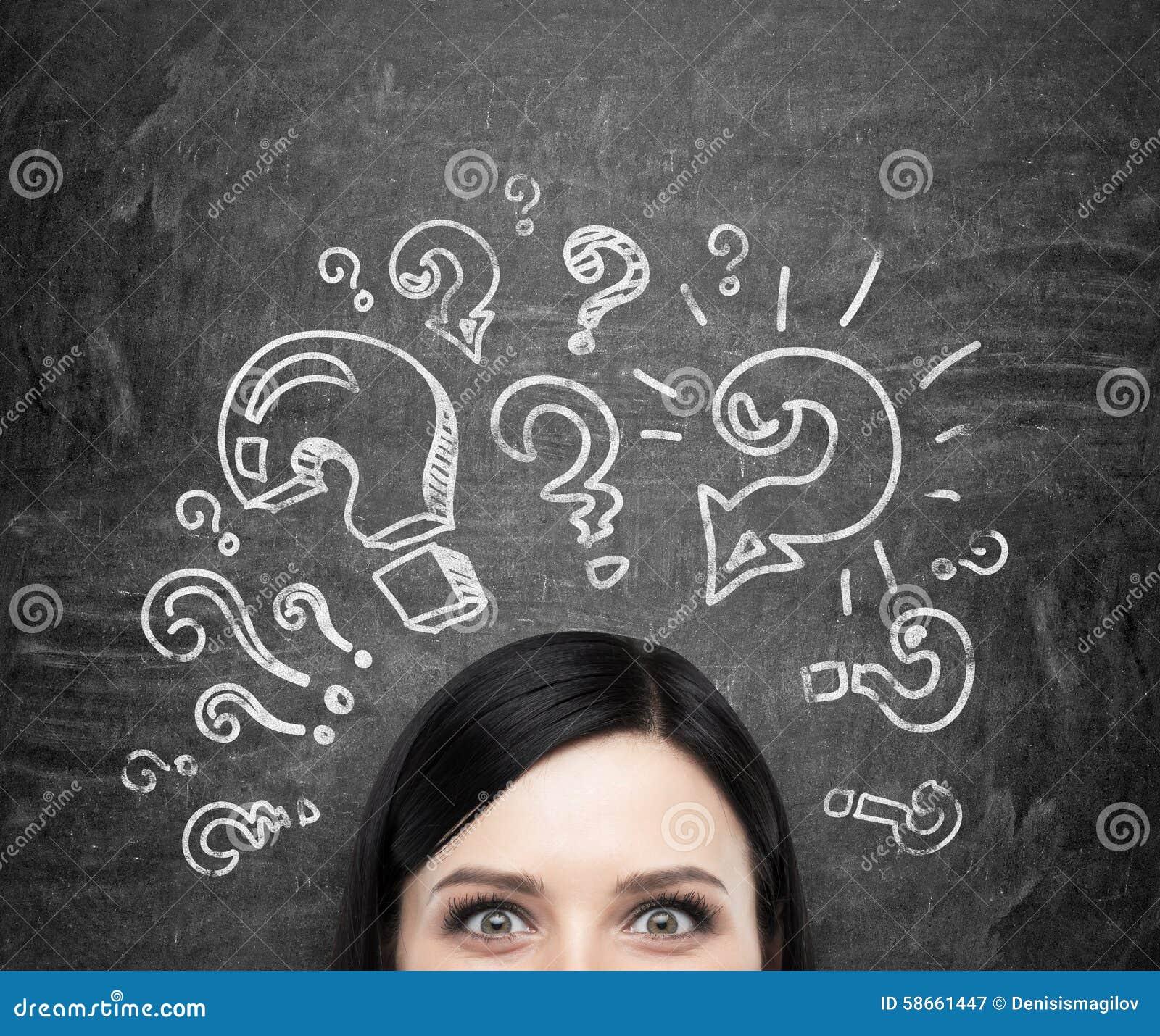 Лоб девушки которая обдумывает о нерешённых проблемах Вопросительные знаки нарисованы вокруг головы черное chalkboa