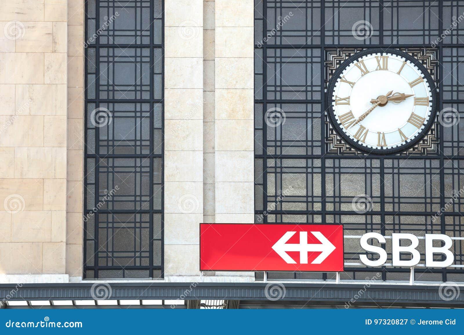 Логотип швейцарского CFF FFS железных дорог SBB перед вокзалом Женевы Cornavin Gare de Cornavin