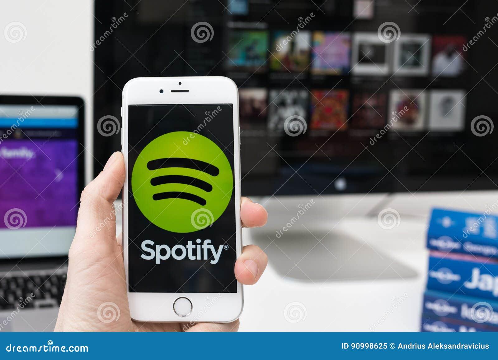 Логотип Spotify app на экране smartphone