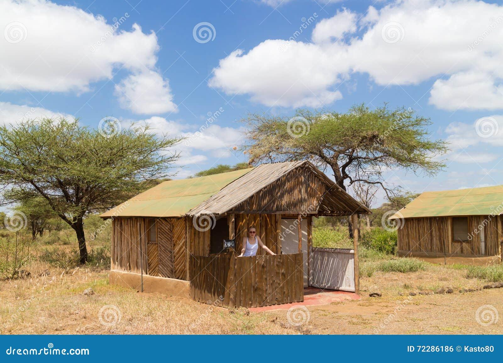 Download Ложа традиционного африканского сафари туристская Стоковое Фото - изображение насчитывающей lifestyle, танзания: 72286186