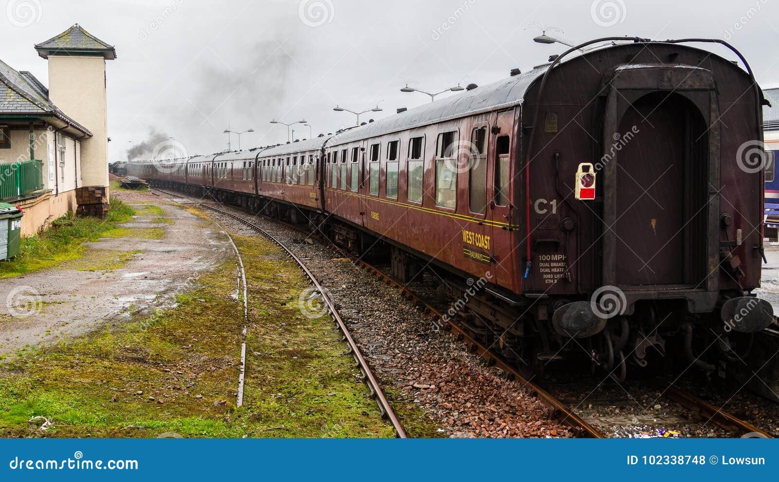 Локомотив пара уходя от станции на Mallaig, Шотландии