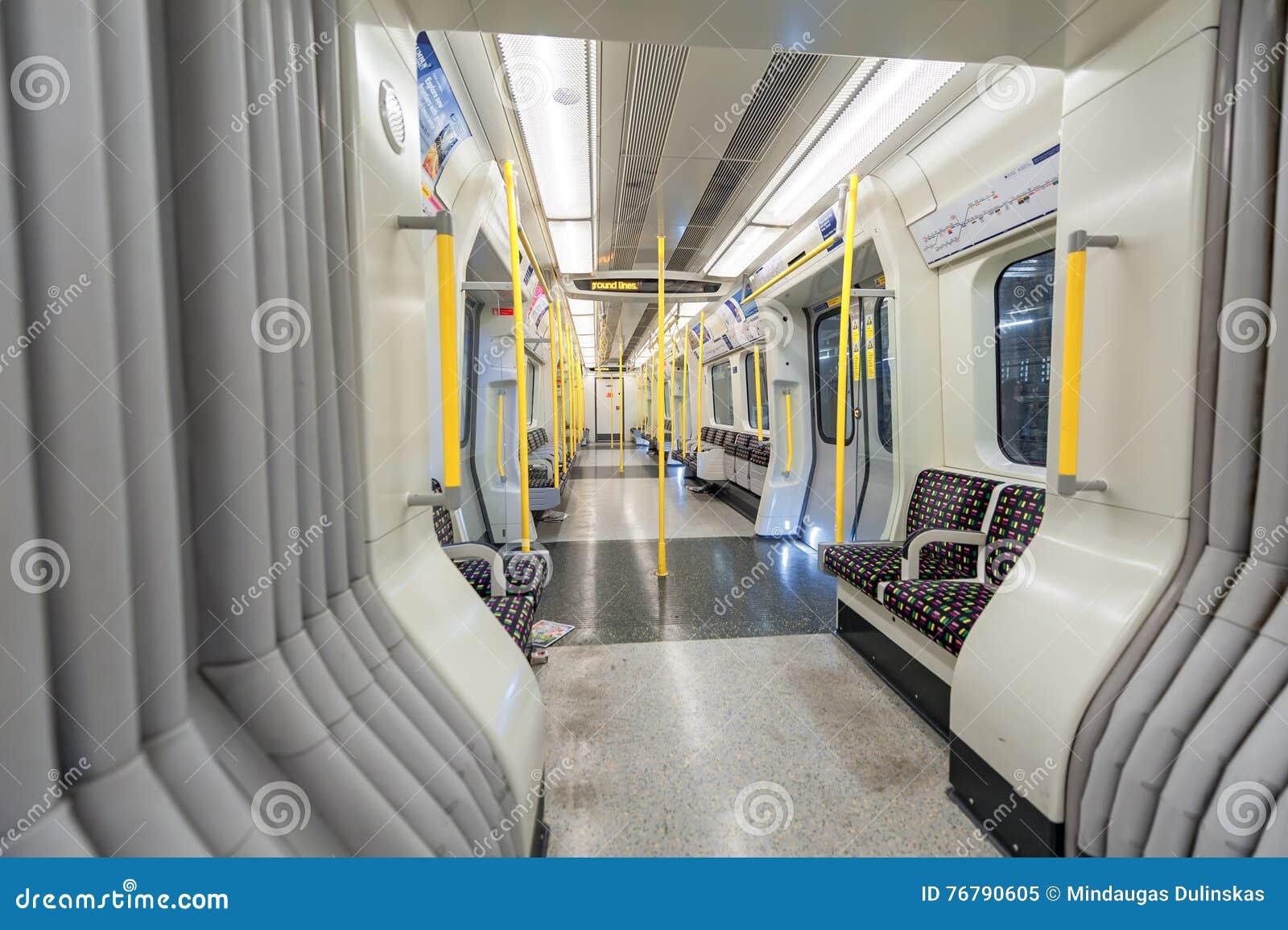 ЛОНДОН, АНГЛИЯ - 18-ОЕ АВГУСТА 2016: Поезд Лондона подземный Линия района пусто Отсутствие людей