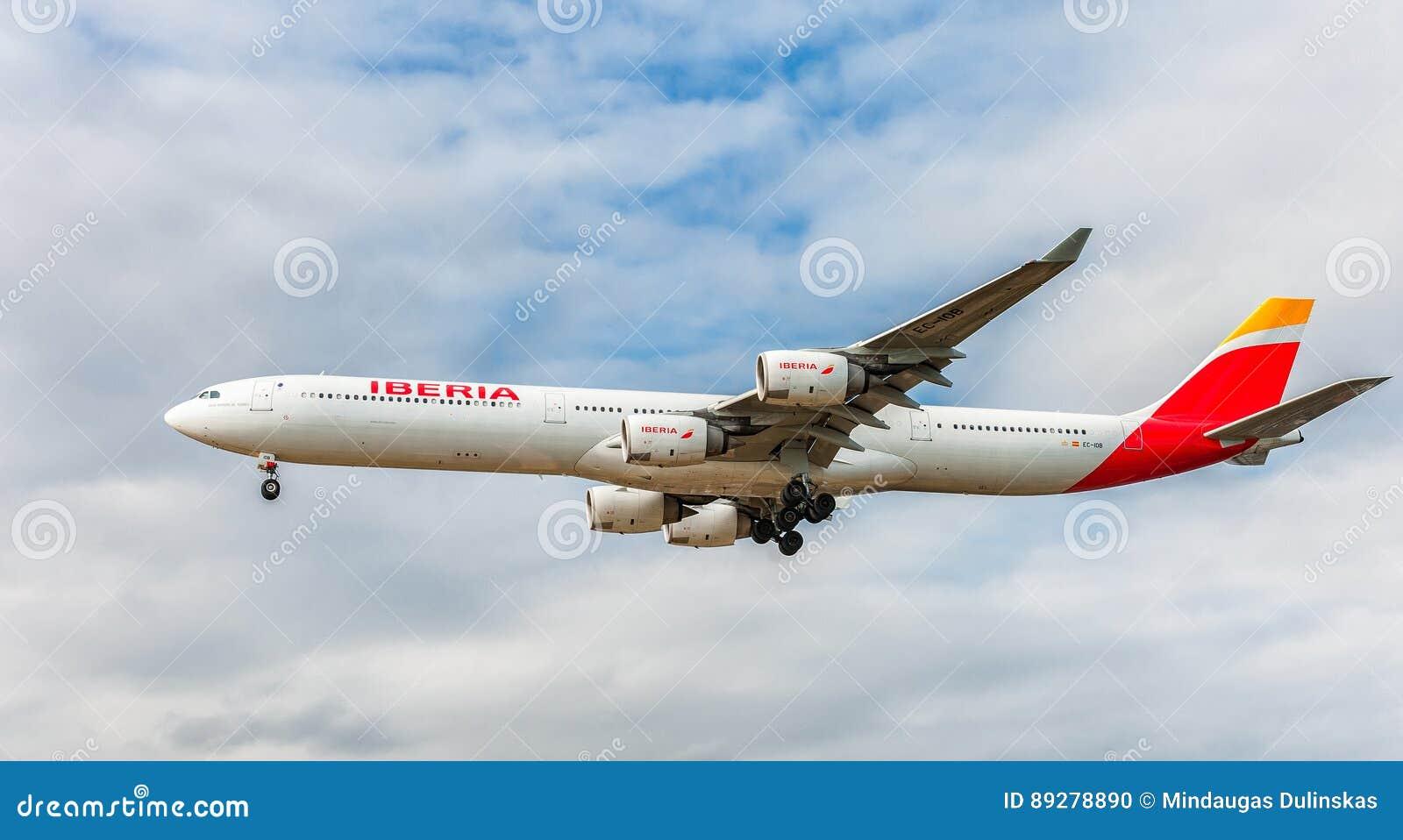 ЛОНДОН, АНГЛИЯ - 22-ОЕ АВГУСТА 2016: Посадка аэробуса A340 EC-IOB Iberia Airlines в авиапорте Хитроу, Лондоне