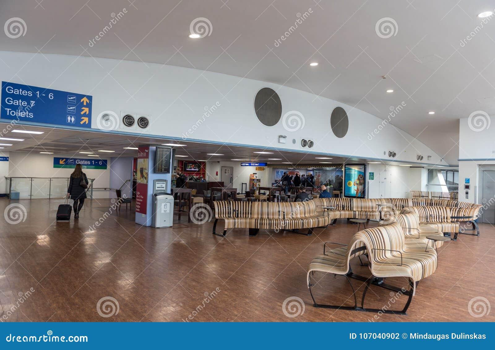 ЛОНДОН, АНГЛИЯ - 29-ОЕ СЕНТЯБРЯ 2017: Зона строба отклонения авиапорта Лутон Лондон, Англия, Великобритания