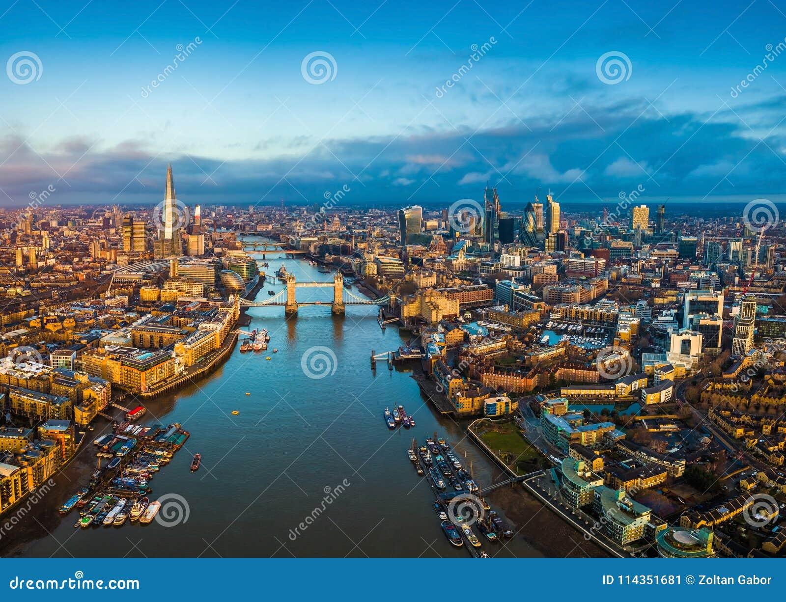 Лондон, Англия - панорамный воздушный взгляд горизонта Лондона включая мост башни с красным двухэтажным автобусом
