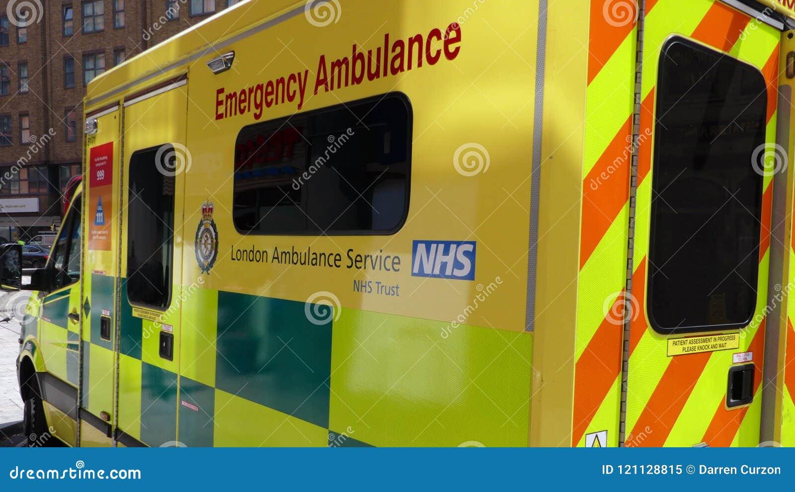 Лондон, Англия - 3-ье июля 2018: Машина скорой помощи Лондона готовя в Paddington, Лондоне