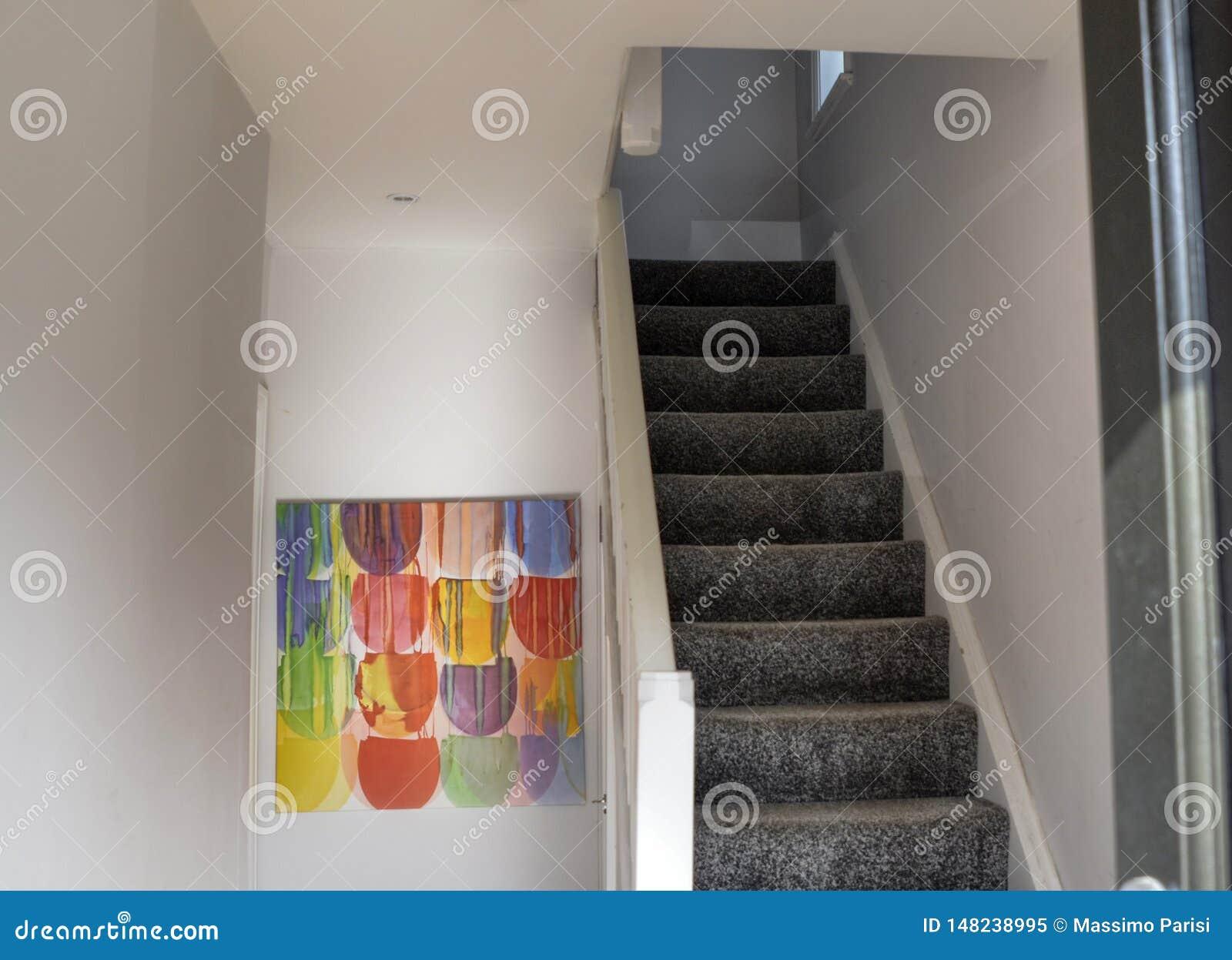 Лондон, Великобритания, июнь 2018 интерьер типичного дома в предместье Лондона