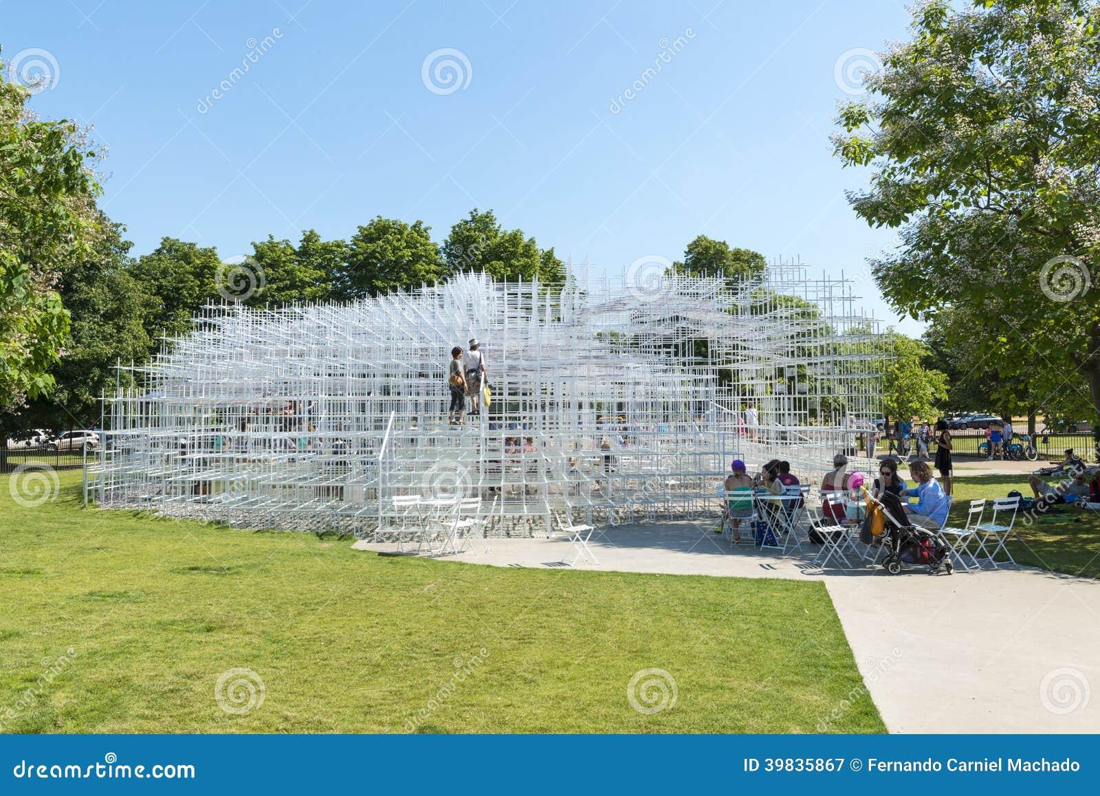 ЛОНДОН, ВЕЛИКОБРИТАНИЯ - 1-ОЕ АВГУСТА: Посетители парка наслаждаясь солнечной погодой