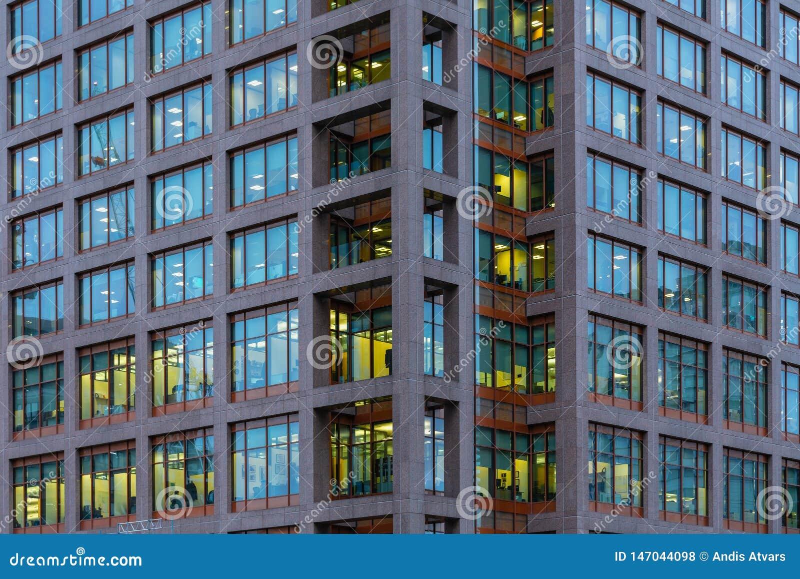 Лондон, Великобритания - 5-ое марта 2019: Взгляд ночи к офисному зданию Morgan Stanley на канереечном причале, районах доков Лонд