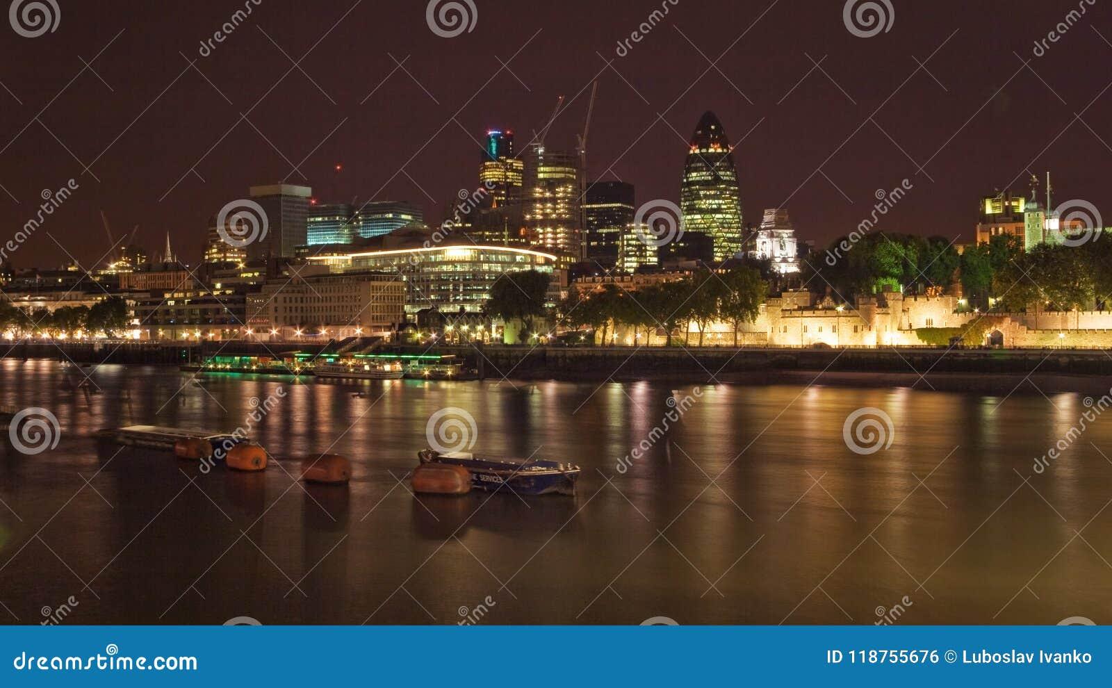Лондон, Великобритания - 7-ое октября 2006: Берег реки Темзы,