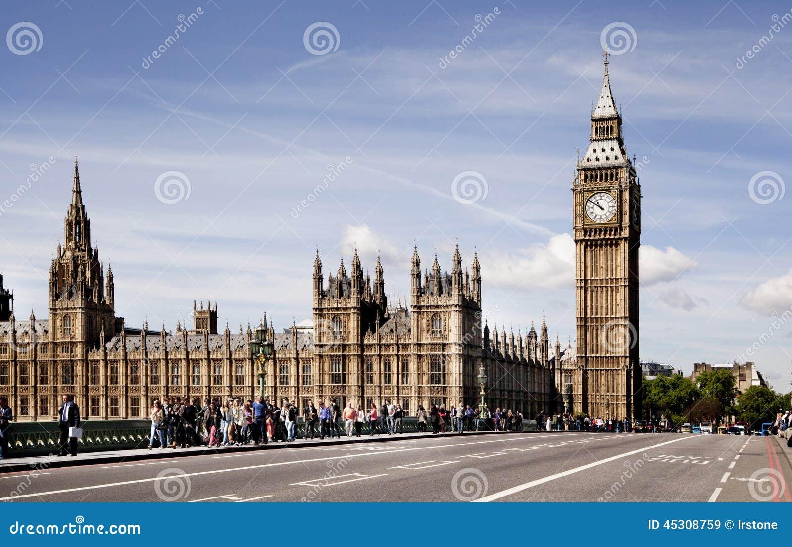 ЛОНДОН, Великобритания - 24-ое июня 2014 - большое Бен и парламент Великобритании на Реке Темза