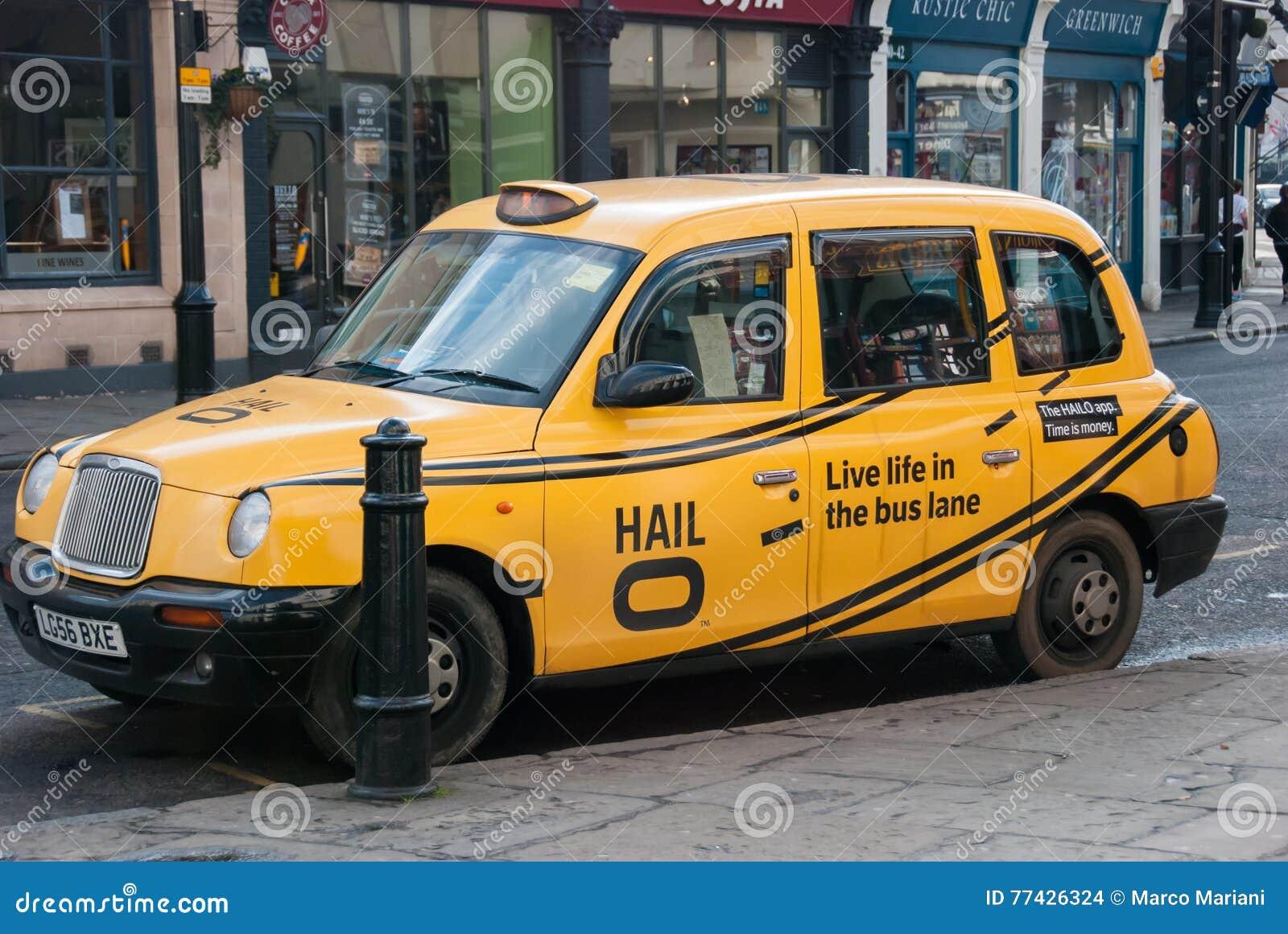 Лондон 4-ое марта 2016 Традиционное желтое такси припарковано в улице в Гринвиче