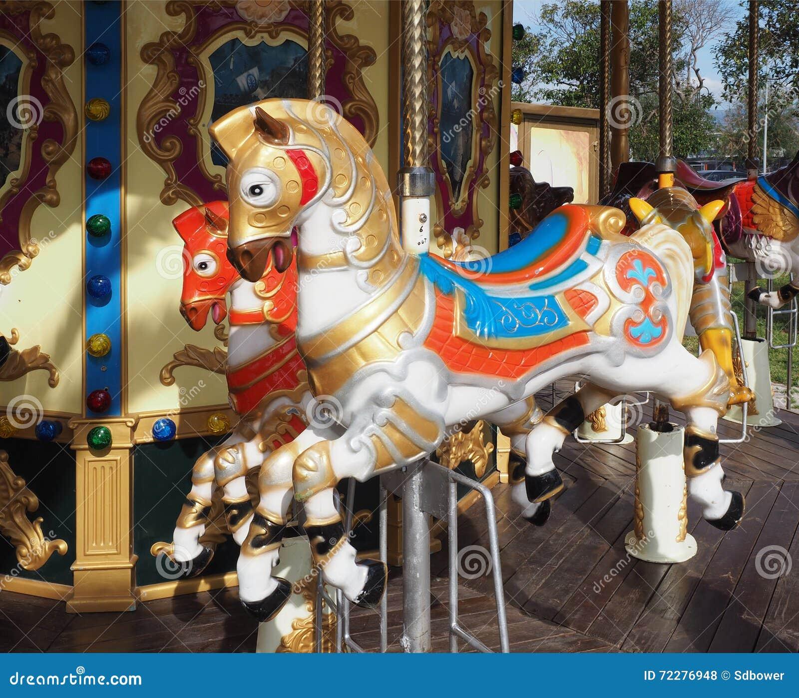 Download Лошади Carousel на веселом идут круг Стоковое Фото - изображение насчитывающей европа, fairgrounds: 72276948