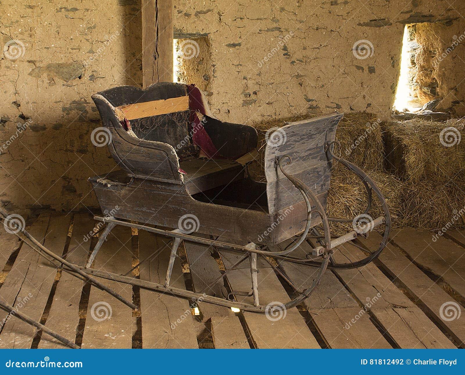 Лошад-нарисованные сани в амбаре