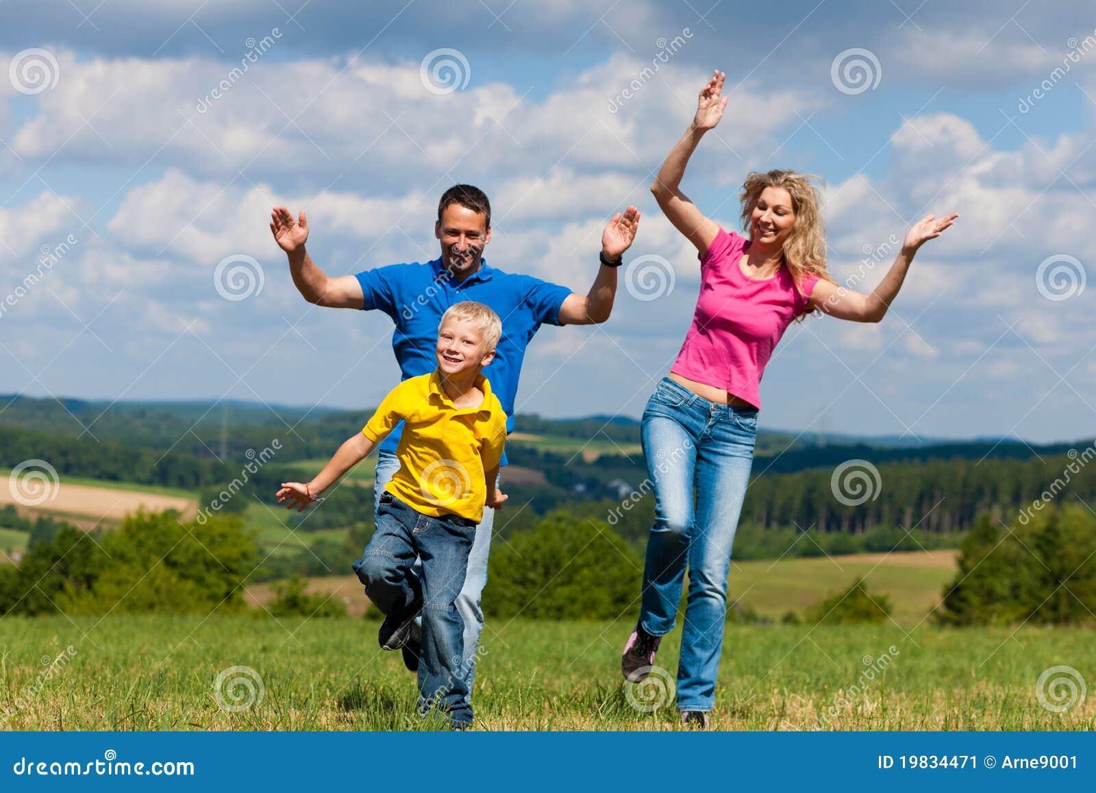 лужок семьи играя лето