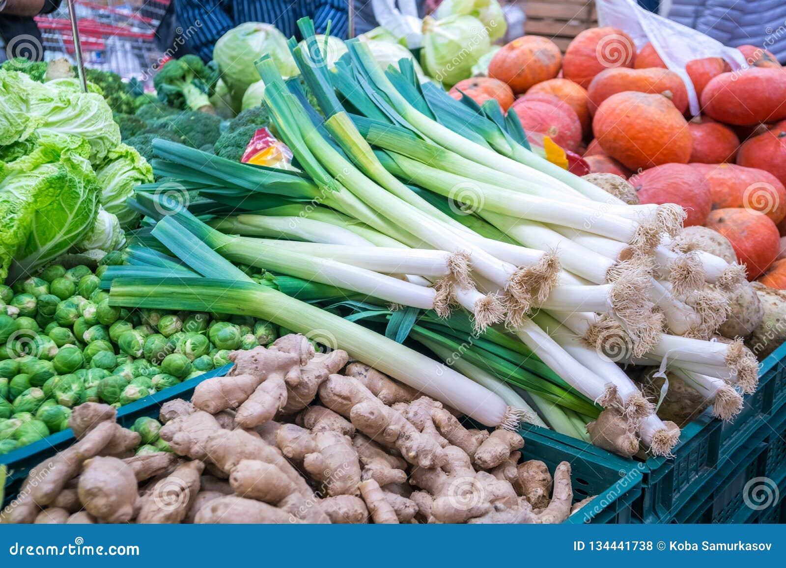 Лук-порей и verious овощи для продажи на рынке